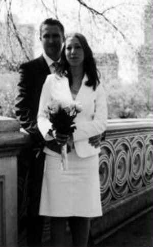 Andreas Hübinette och Charlott Linder, Göteborg, har den 21 april vigts i Svenska kyrkan i New York. Brudgummen var tidigare bosatt i Sundsvall.Foto: privat