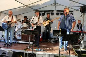 Rockin' Doc & The Untreatables underhöll på en liten scen i tälten som stod uppställda för pubaftonen