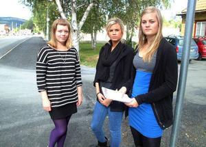 Eleverna från Åre, från höger Emelie Agnvall, Amanda Boberg och Emma Edfeldt, är inte glada över de tidigarelagda busstiderna. Drygt 130 elever hade i går skrivit på deras protestlista som senare ska lämnas över till Länstrafiken.   Foto: Elisabet Rydell-Janson