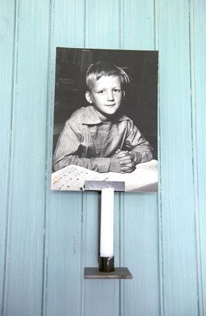 En ung Bertil pryder väggen i hallen.
