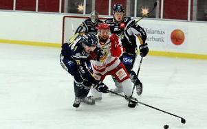 Hedemoras Andrée Eriksson blir hårt uppvaktad av ett samlat Borlänge försvar. Foto: Johnny Fredborg