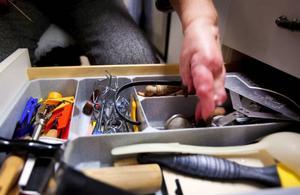 Kökslådorna är fyllda med olika små hjälpmedel för att hon ska klara av sin vardag.