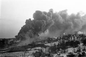 Röken låg tjock och svart över Nynäshamn när 12 500 000 liter råolja brann.