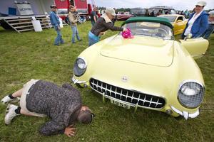 Skinande. Hanne Hertzenberg putsar lacken på denna Chevrolet Corvette från 1955, som ägs av Anne Jahr, båda två från Jessheim i Norge.