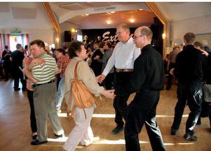 Full fart är det på dansgolvet hela kvällen när FUB ordnar länsdans.