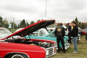 Besökarna tittade både på insidan och utsidan av utställningsbilarna.