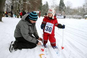 HJÄLP. Utrustningen är viktig och Gerda Fredriksson, 3 år, fick hjälp med skidorna.