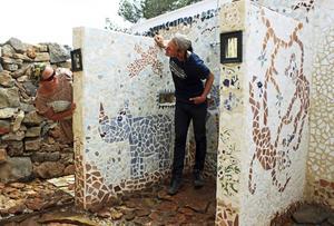 Eco-dusch. Vivi och Nils Båvner jobbar på den soluppvärmda eco-duschen. Vattnet avleds via ett dike till att bevattna växter utanför duschen.