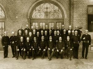 Stadens stolthet, den nya brandkåren uppställd framför nya brandstationen i korsningen Köpmangatan/Skolhusallén. Brandstationen togs i bruk 1899.