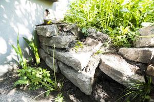 För en tid sedan såg Anna Maria en råtta på uteplatsen. Efter att ha kontaktat kvartersvärden fick hon svaret att muren skulle rivas, vilket fortfarande inte skett.