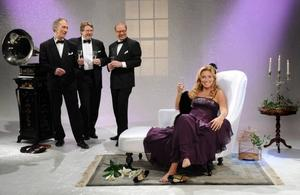 """Skål för """"Antikrundan"""". Experterna Peter Pluntky, Janne Ribbhagen och Claes Moser firar tillsammans med Anne Lundberg."""
