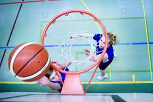 Viktor Göransson, 13, och Johanna Hedlund, 17, är yngst respektive äldst i Falu baskets mixade juniorlag.