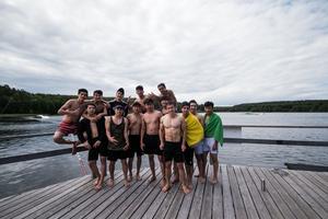 I stort sett alla badade, trots det kyliga vädret.