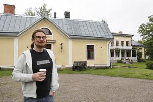 Tidigare var han företagare och  IT-ingenjör, men nu har han siktet på att driva kaféet.