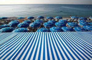 Bila längs franska kusten lockar många. Här stranden i Nice.