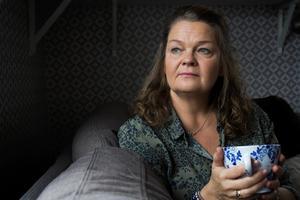 En kopp te och handarbete framför kakelugnen förgyller höstdagarna i Hälsingland.