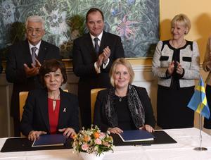 Sveriges bilaterala avtal med Palestina, som undertecknades på tisdagen, är på totalt 1,5 miljarder kronor, och sträcker sig under en femårsperiod. På bilden: den palestinske presidenten Mahmoud Abbas, statsminister Stefan Löfven, utrikesminister Margot Wallström, Hala Husni Fariz, palestinska ambassadören i Sverige och Ann-Sofie Nilsson, Sveriges generalkonsul i Jerusalem.