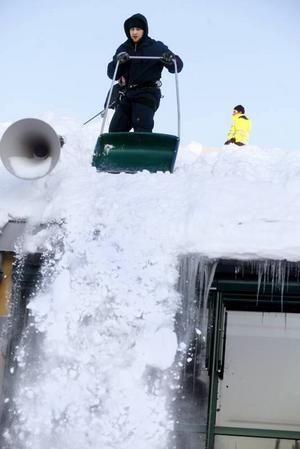 Takskottare. Johan Thyr skottar undan snö från Fjärran Höjderbadets tak. På sina håll låg det under onsdagen två meter snö där.