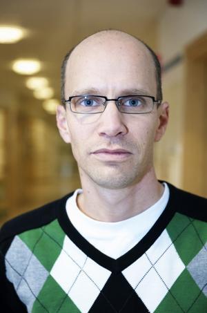 Överläkare Peter Erensjö  har förståelse för föräldrarnas kamp men menar att regionen inte kan erbjuda hjälp.