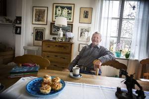 Lars Lindroth är född och uppvuxen i Ångermanländska Ramvik, men har varit bosatt i Jämtland och Hammerdal sedan 1966.