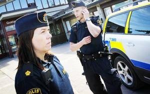 Katrin Sahlin säger att våld och hot är något man får räkna med som ordningspolis. Hennes kollega Thomas Sandström håller med fast ser en fara i om acceptansen blir för hög.