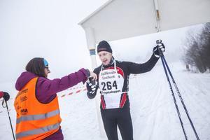 Vätska efter målgång är viktigt. Här är det Tomas Hagelberg som pustar efter andraplatsen i herrarnas sju-kilometerslopp.