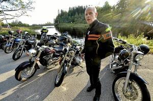 Hatkärlek. Hasse Öhbom från Garphyttan hade styrt sin lite ombyggda Harley Davidson Rocker mot motorcaféet vid Hasselfors värdshus. Bäst som han gjorde utläggningar om sin hatkärlek om den James Bond-marknadsförda BMW Custom R1200, rullade det sällsynta exemplaret in till caféet. Foto: Göran Kempe
