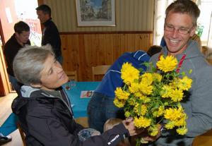 Jonas Buud uppvaktas med blomster av Inger Rommedahl.