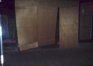 Abrupt väckning. Den hårda smällen som uppkom när gärningsmännen plöjde genom entrén väckte flera Hedemorabor som bor nära Hökargallerian. Foto:Okänd