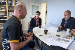 Fredrik Jansson på Colorama JP färghuset tar emot Eva Eriksson och Niklas Bjurberg från Mittmedia för att diskutera nästa års marknadsplaner.