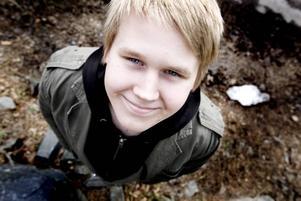 """I GOTT SÄLLSKAP.  Jim Höglund är en av 25 027 svenskar som fyller 10 april.  """"Jag ska gå ut på krogen. Sedan räknar jag med att ta körkortet till sommaren""""."""