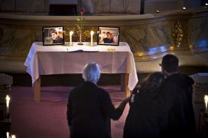 I koret kunde kyrkobesökarna skriva i de två böcker som fanns på ett bord tillsammans med fotografier på den avlidne Mattias Johansson.