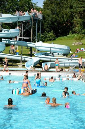Full bassäng. Sannabadet är inte bara fullt med vatten. Över 1000 besökare flöt in under torsdagen.