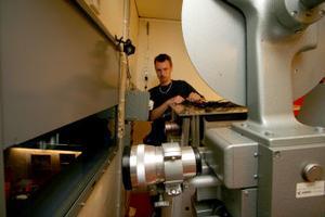 Stefan Gelinder kommer att sköta de digitala filmvisningarna i Söråker. Det är projektorn längst bort. Närmast en av 35-millimeters projektorerna.