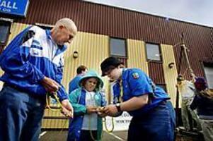 Foto: TERESE PERMANScoutknep. Ida Hedström lär Linnea Sydbrink knyta en råbandsknop utanför Gästrike scoutförbunds tält på Jakt och fiskemässan. Till vänster syns Åke Peterson.