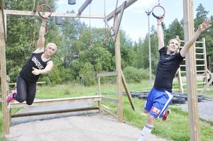 Emma Persson och Andreas Wenn, Hudiksvall, i ringarna. Gänget blev mycket imponerad av hinderbanan i Östervåla och säger att de ska återvända inom kort