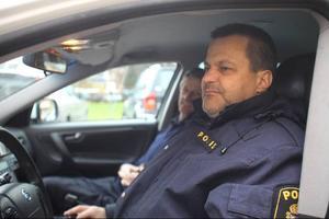 Polisman Stefan Trönnhagen tog ett snack med lätt desillusionerade byavakter i Bergsjö