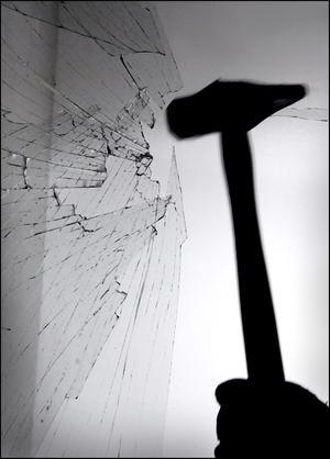 Någon har tagit sig in i de tre husen genom att krossa ett fönster. Inbrottstjuven har sedan gått ut genom att låsa upp ytterdörren inifrån.