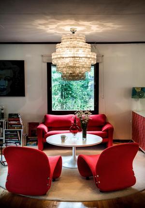 Blanda gärna många olika typer av armaturer i ett rum, som taklampa, golvlampa och bordslampa. Andra råd är att sätta belysningen i olika höjd, och ordna dimbar belysning.
