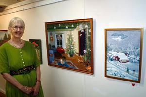 Agneta Swidén visar sina målningar på Konsthallen. Där är vinter, kattor samt helg och söcken givna inslag