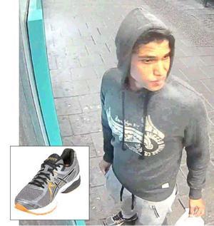 Mohammad Rajabi fångas av en övervakningskamera när han tar ut bilder från en bankomat på Kungsgatan i Eskilstuna.  I handen har han en påse.
