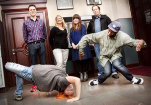 """Hiphop med fart och fläkt. Här demonstrerat av Erika Sjöberg, konstnärlig dansledare, och Bacar Sane, lokal talang. 27-29 september är det dags för """"Xpand Your Soul"""" på Gävle teater. I bakgrunden från vänster: teaterchefen Jonas Elverstig, projektledaren Sofia Nohrstedt, Camilla Norin, kommunikatör på teatern, samt Rolfcarlwerner, konstnärlig graffitiledare."""