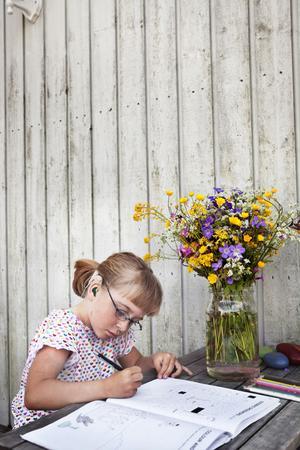 Saga Heneryd är trots att hon både är döv och lider av en cp-skada sedan födseln en aktiv tjej som älskar att vara i farten. Blir det en stund över tar hon gärna fram målarboken.
