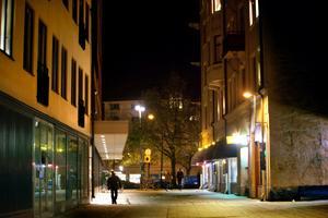 Här på Gamla gatan blev en kvinna i 30-årsåldern våldtagen under natten mot lördagen.