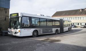 Nu ska den skadade bussen repareras.