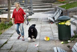 Besviken och arg. Grundproblemet är alla som bara slänger skräp utan att tänka på att de förfular sin stad, säger Karin Wahlfridsson.BILD: LENNART LUNDKVIST