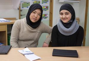 Zahra Mohammadi, 15 år, och Nour Jaraur, 14 år, har funnit varandra i förberedelseklassen på Torvallaskolan. De trivs väldigt bra i skolan, säger de.