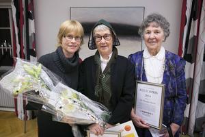 Årets kulturpristagare i Borlänge kommun - tre väverskor. Ebba Bergström, Mona Magnusson och Siv Emanuelsson är både glada och överraskade.