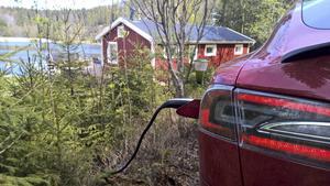 Landsbygdsbor kan lättare ladda elbilen hemma, menar insändarskribenterna. Foto: Privat