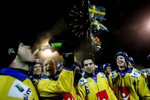 Februari 2005: Pelle Fosshaug häller champagne i Magnus Muhréns mun efter VM-guldet i Kazan. Muhréns tredje, efter Västerås 1997 och Arkhangelsk 2003.